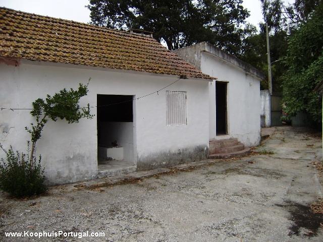 Op het platteland liggen deze oudere huizen om te renoveren for Te renoveren huis te koop