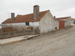 Several older houses & barns on 2.500 m2